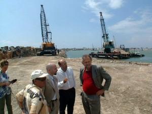 (nella foto: Esterino Montino, Mauro Balini e Massimo Di Somma durante le prime fasi di realizzazione del porto di Ostia) © ARCHIVIO MINO IPPOLITI